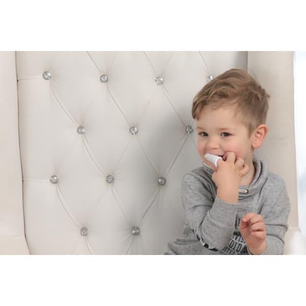 Зубная щетка на палец для младенцев с серебряной нитью GrünSpecht и ребенок